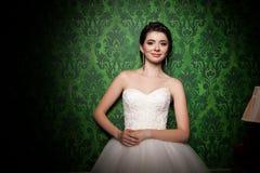 Όμορφη νύφη στο αναδρομικό πράσινο εκλεκτής ποιότητας δωμάτιο Στοκ εικόνες με δικαίωμα ελεύθερης χρήσης