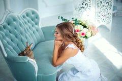 Όμορφη νύφη στο γαμήλιο φόρεμα με ένα κουνέλι σε ετοιμότητα του Στοκ εικόνα με δικαίωμα ελεύθερης χρήσης