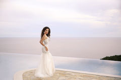 Όμορφη νύφη στο γαμήλιο φόρεμα, υπαίθριο πορτρέτο Brunette ele Στοκ Εικόνες