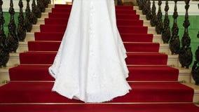 Όμορφη νύφη στο θαυμάσιο φόρεμα που ανεβαίνει τα σκαλοπάτια πετρών στο παλαιό ρομαντικό κτήριο στην ηλιόλουστη ημέρα Νύφη μέσα απόθεμα βίντεο