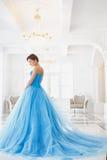 Όμορφη νύφη στο πανέμορφο μπλε ύφος Cinderella φορεμάτων Στοκ Φωτογραφίες