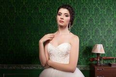 Όμορφη νύφη στο πράσινο εκλεκτής ποιότητας δωμάτιο Στοκ φωτογραφίες με δικαίωμα ελεύθερης χρήσης
