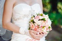 όμορφη νύφη υπαίθρια Γάμος εκμετάλλευσης νυφών Στοκ Εικόνα