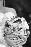 όμορφη νύφη υπαίθρια Γάμος εκμετάλλευσης νυφών Στοκ φωτογραφία με δικαίωμα ελεύθερης χρήσης