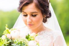 Όμορφη νύφη υπαίθρια - μαλακή εστίαση Στοκ Φωτογραφία