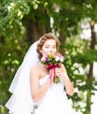 Όμορφη νύφη υπαίθρια με τη γαμήλια ανθοδέσμη Στοκ φωτογραφίες με δικαίωμα ελεύθερης χρήσης