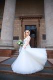 όμορφη νύφη υπαίθρια νύφη με την ανθοδέσμη των λουλουδιών υπαίθριων όμορφη ημέρα νυφών ο θέτοντα&sigm Στοκ φωτογραφίες με δικαίωμα ελεύθερης χρήσης
