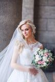 όμορφη νύφη υπαίθρια νύφη με την ανθοδέσμη των λουλουδιών υπαίθριων όμορφη ημέρα νυφών ο θέτοντα&sigm Στοκ Εικόνες