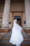 όμορφη νύφη υπαίθρια νύφη με την ανθοδέσμη των λουλουδιών υπαίθριων όμορφη ημέρα νυφών ο θέτοντα&sigm Στοκ Φωτογραφία