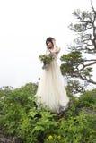 Όμορφη νύφη υπαίθρια σε ένα δάσος Στοκ φωτογραφία με δικαίωμα ελεύθερης χρήσης