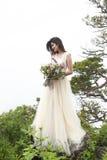 Όμορφη νύφη υπαίθρια σε ένα δάσος Στοκ Εικόνες