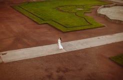 Όμορφη νύφη υπαίθρια σε ένα δάσος Στοκ εικόνες με δικαίωμα ελεύθερης χρήσης