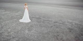 Όμορφη νύφη υπαίθρια σε μια έρημο Στοκ Φωτογραφία
