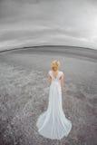 Όμορφη νύφη υπαίθρια σε μια έρημο Στοκ Εικόνες