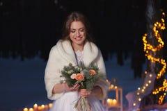 Όμορφη νύφη υπαίθρια στο χειμώνα Στοκ Εικόνες