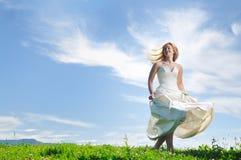 Όμορφη νύφη υπαίθρια Στοκ Φωτογραφία