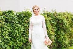 όμορφη νύφη υπαίθρια Στοκ φωτογραφίες με δικαίωμα ελεύθερης χρήσης