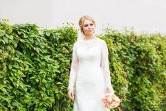 όμορφη νύφη υπαίθρια Στοκ εικόνα με δικαίωμα ελεύθερης χρήσης