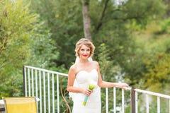 όμορφη νύφη υπαίθρια Στοκ Φωτογραφίες