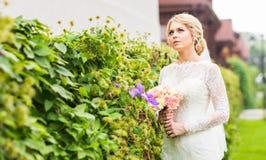όμορφη νύφη υπαίθρια Στοκ Εικόνα