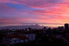 Όμορφη νύχτα με τον ουρανό, τοπίο της σύστασης ηλιοβασιλέματος οικοδόμησης πόλεων για το υπόβαθρο Στοκ εικόνα με δικαίωμα ελεύθερης χρήσης