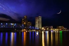 Όμορφη νύχτα ουρανού πέρα από το στο κέντρο της πόλης Τζάκσονβιλ Φλώριδα Στοκ Φωτογραφία