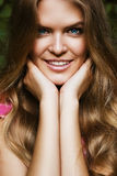 όμορφη ξανθή απομονωμένη χαμογελώντας λευκή γυναίκα πορτρέτου Στοκ Εικόνες