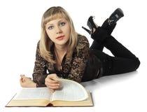 όμορφη ξανθή γυναίκα βιβλί&omega Στοκ Φωτογραφίες