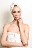 Όμορφη ξανθή γυναίκα με την άσπρη πετσέτα στο κεφάλι της στοκ φωτογραφία με δικαίωμα ελεύθερης χρήσης