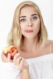 Όμορφη ξανθή γυναίκα με την ευχαρίστηση που τρώει το νεκταρίνι στοκ φωτογραφία με δικαίωμα ελεύθερης χρήσης