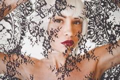 Όμορφη ξανθή γυναίκα με τη δαντέλλα στοκ φωτογραφία με δικαίωμα ελεύθερης χρήσης