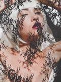 Όμορφη ξανθή γυναίκα με τη δαντέλλα στοκ εικόνες