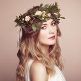Όμορφη ξανθή γυναίκα με το στεφάνι λουλουδιών στο κεφάλι της Στοκ φωτογραφίες με δικαίωμα ελεύθερης χρήσης