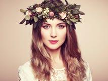 Όμορφη ξανθή γυναίκα με το στεφάνι λουλουδιών στο κεφάλι της Στοκ Φωτογραφίες