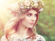 Όμορφη ξανθή γυναίκα με το στεφάνι λουλουδιών στο κεφάλι της Στοκ Εικόνες