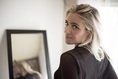 όμορφη ξανθή γυναίκα μπλε μ&al Στοκ εικόνες με δικαίωμα ελεύθερης χρήσης