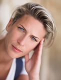 όμορφη ξανθή γυναίκα μπλε μ&al Στοκ Εικόνα