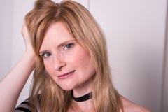 Όμορφη ξανθή γυναίκα που εξετάζει τη κάμερα και να ονειρευτεί Στοκ εικόνα με δικαίωμα ελεύθερης χρήσης