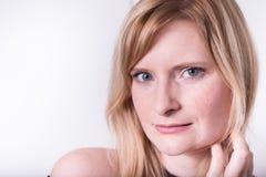 Όμορφη ξανθή γυναίκα που εξετάζει τη κάμερα και να ονειρευτεί Στοκ φωτογραφία με δικαίωμα ελεύθερης χρήσης