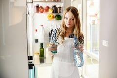 Όμορφη ξανθή γυναίκα που πίνει το μεταλλικό νερό Στοκ Φωτογραφία
