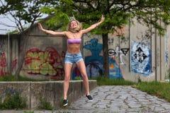 Όμορφη ξανθή γυναίκα που πηδά και που χαμογελά στοκ φωτογραφία με δικαίωμα ελεύθερης χρήσης