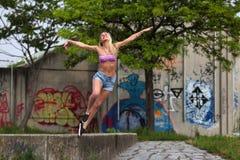 Όμορφη ξανθή γυναίκα που πηδά και που χαμογελά στοκ φωτογραφίες