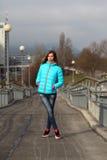 Όμορφη ξανθή γυναίκα που φορά την περιστασιακή χειμερινή μόδα Στοκ Εικόνες