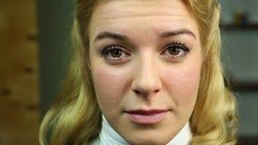 Όμορφη ξανθή γυναίκα που φωνάζει, κινηματογράφηση σε πρώτο πλάνο Προβλήματα υγείας, αλλεργία, κατάθλιψη απόθεμα βίντεο