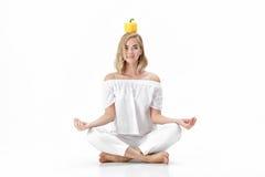 Όμορφη ξανθή γυναίκα στην άσπρη μπλούζα που κρατά το κίτρινο πιπέρι κουδουνιών Υγιεινή διατροφή και διατροφή Στοκ φωτογραφίες με δικαίωμα ελεύθερης χρήσης