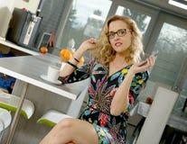 Όμορφη ξανθή γυναίκα στην κουζίνα της Στοκ φωτογραφία με δικαίωμα ελεύθερης χρήσης