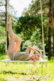 Όμορφη ξανθή γυναίκα στην ταλάντευση σχοινιών Στοκ φωτογραφία με δικαίωμα ελεύθερης χρήσης