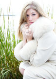 Όμορφη ξανθή γυναίκα στο άσπρο παλτό γουνών Στοκ Εικόνες