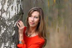Όμορφη ξανθή γυναίκα στο κόκκινο φόρεμα στοκ φωτογραφία με δικαίωμα ελεύθερης χρήσης