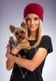 Όμορφη ξανθή γυναίκα στο φόρεμα φθινοπώρου, που κρατά ένα σκυλί τεριέ του Γιορκσάιρ στοκ φωτογραφία με δικαίωμα ελεύθερης χρήσης